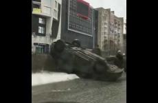 Embedded thumbnail for В центре Перми автомобиль опрокинулся на крышу